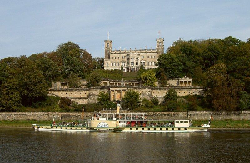 Dampfschiff vor dem Loschwitz Schloss Albrechtsberg
