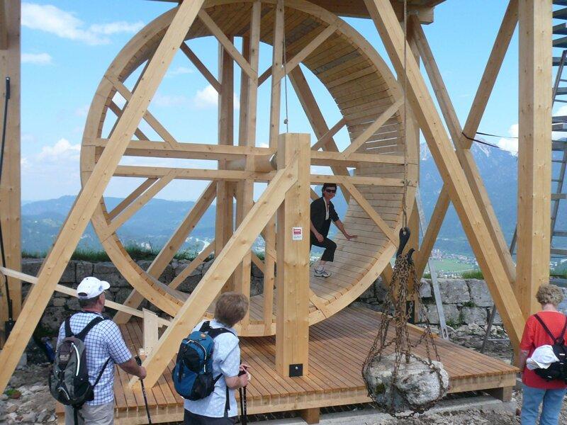 Laufrad aus Holz in der Burgenwelt Ehrenberg