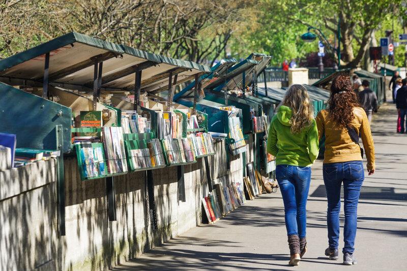 Zwei Frauen beim Shoppen in Paris