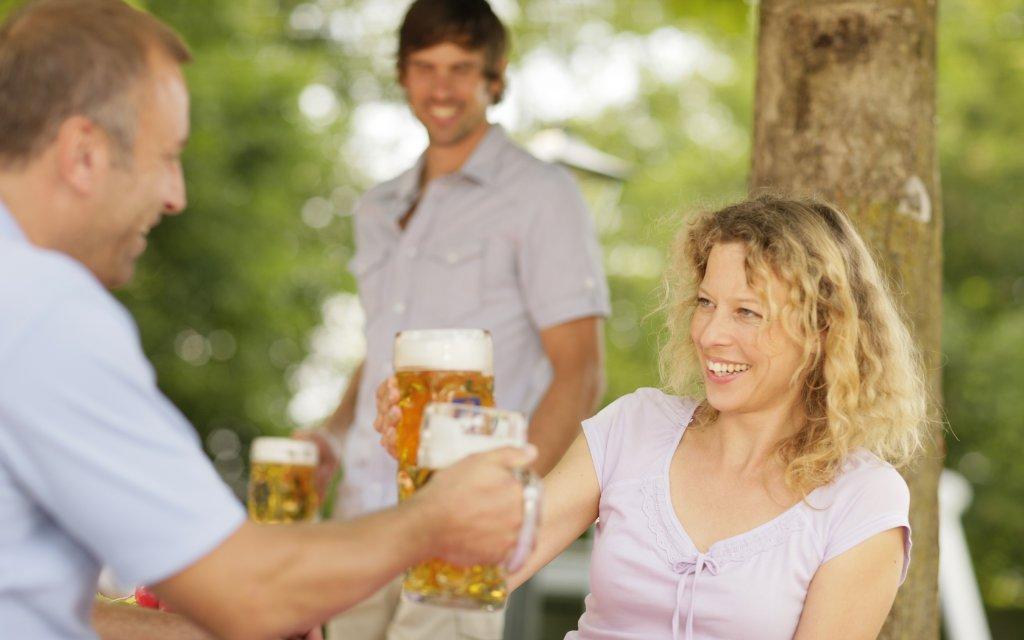 Pärchen prostet sich mit Bier zu