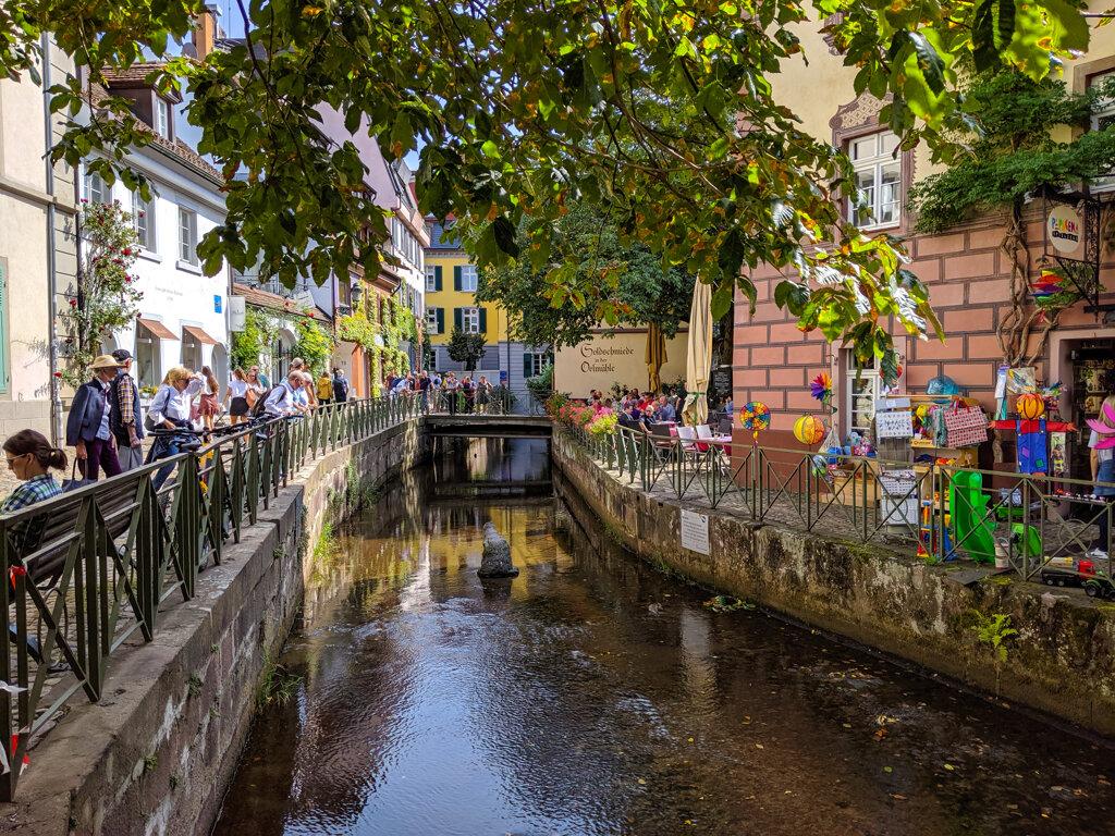 Kanal in Freiburg im Sommer