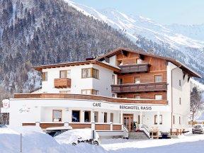 Das Berghotel Rasis von Schnee und Bergen umgeben