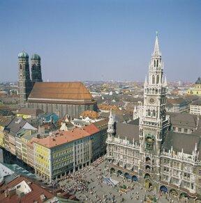 Muenchner Marienplatz mit Neuem Rathaus und Frauenkirche© C. Reiter, München Tourismus