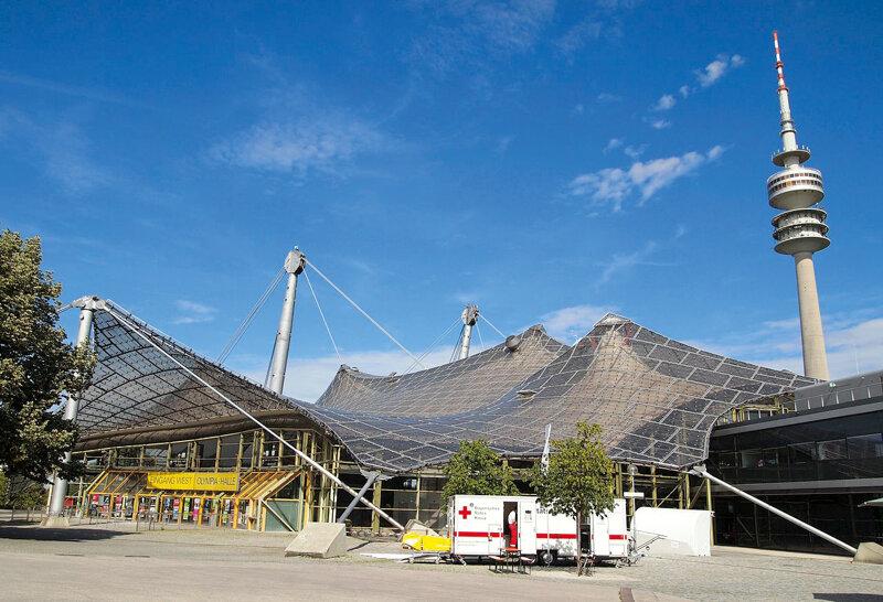 Olympiahalle München vor blauem Himmel