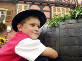 Garcon en tenue folklorique c alsace-tourisme Meyer
