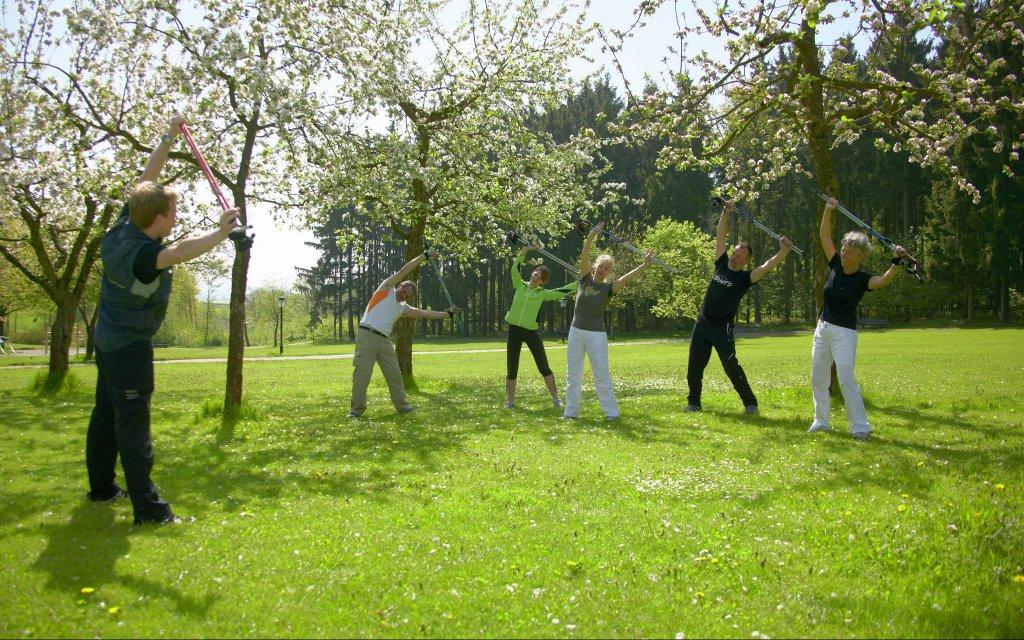 Gruppe bei der Dehnung im Kurpark Bad Griesbach