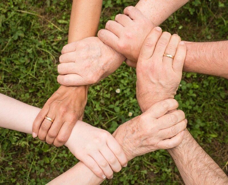 Teamgeist zeigen, Hände