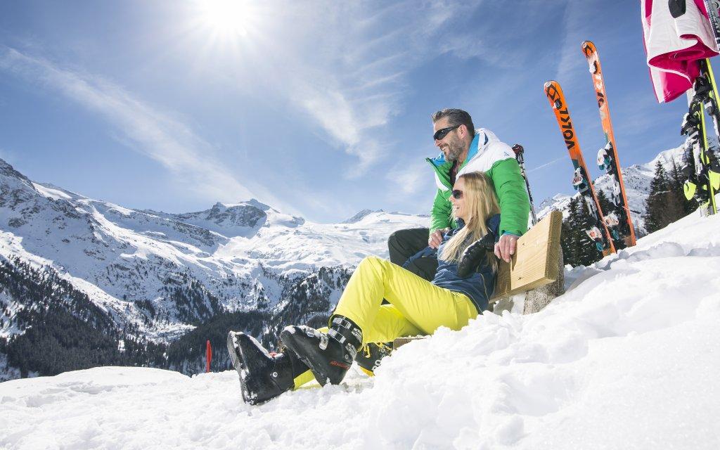 Skifahrer in der Sonne im Tuxtal