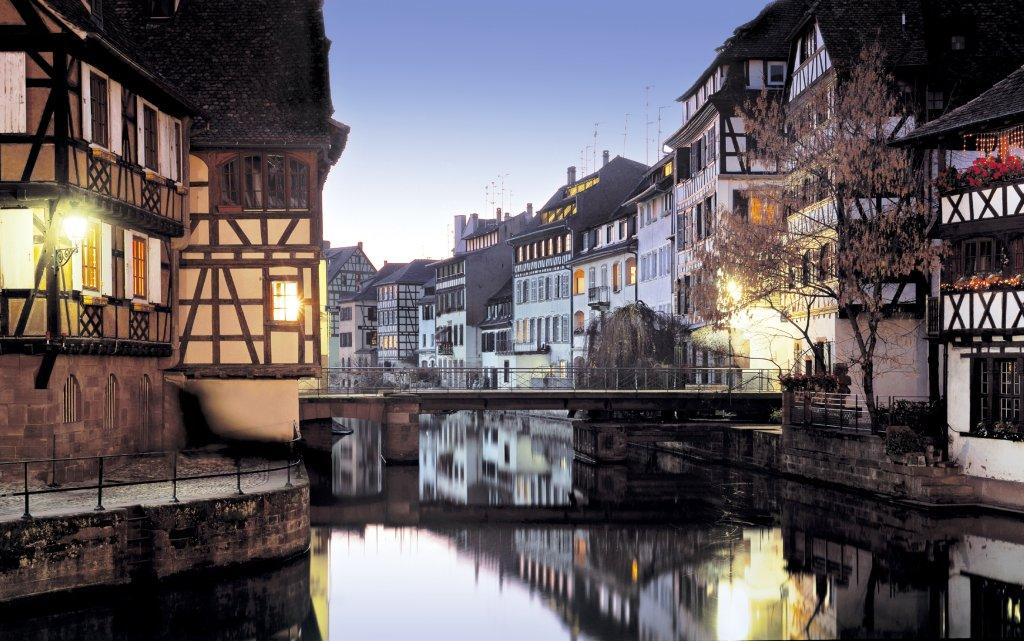 La Petit France Straßburg Dämmerung Wasserweg durch Straßburg