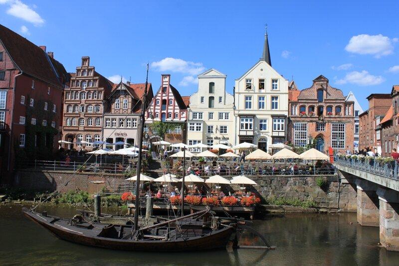 Romantische Häuserzeile an der Ilmenau in Lüneburg