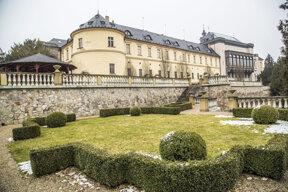 Frontansicht Chateau Zbiroh vom Garten aus