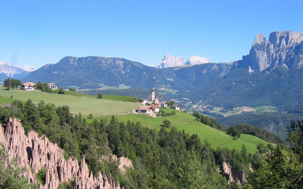 Erdpyramiden in Oberbozen in Südtirol mit Blick auf die Dolomiten