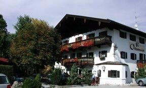 Der Gasthof Ochsenwirt mit blumengeschmückten Balkons
