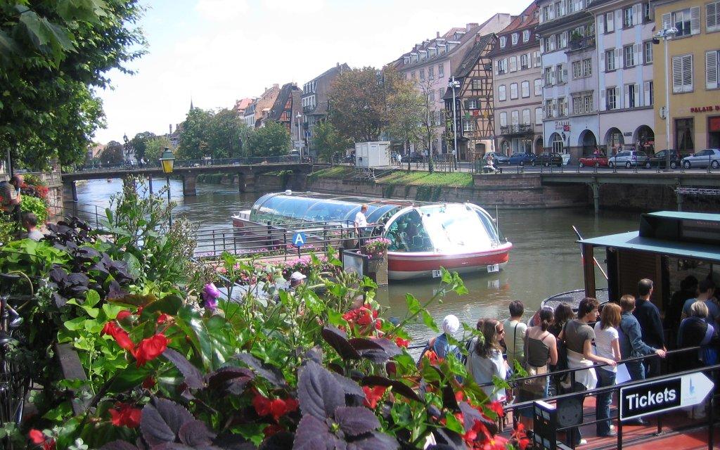 Kanal mit Boot in Straßburg