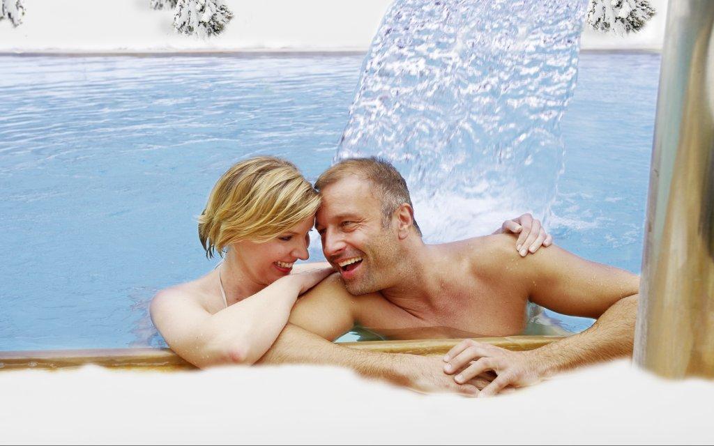 Paar im Swimmingpool