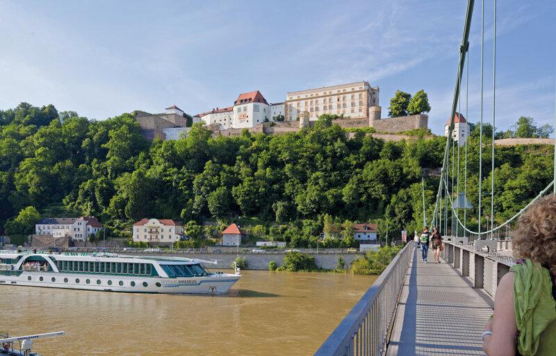 Burganlage Veste Oberhaus in Passau vom Fluss aus gesehen