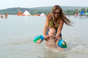 Frau mit Kind im See