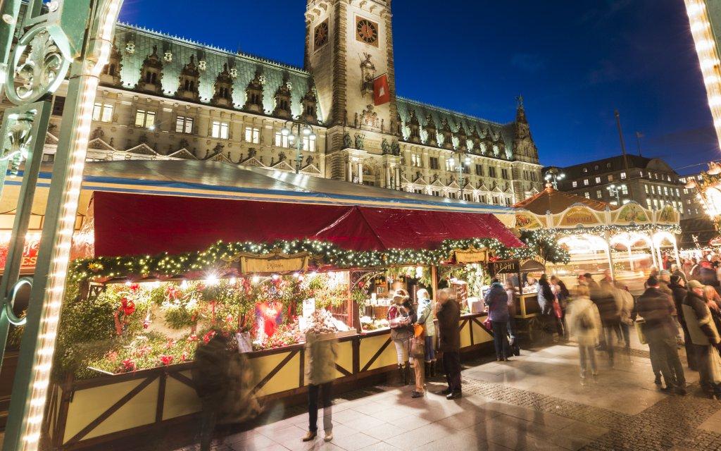 Weihnachtsmarkt vor dem Hamburger Rathaus