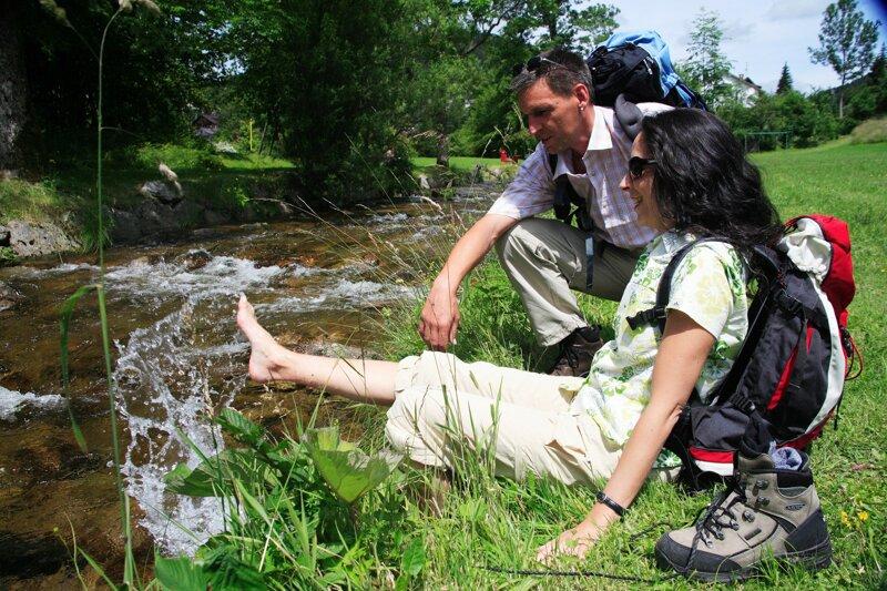 Wanderer kühlen Füße in der Wehra, Schwarzwald