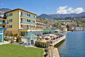 Blick auf das Hotel Forelle mit Terrasse und dem Millstätter See