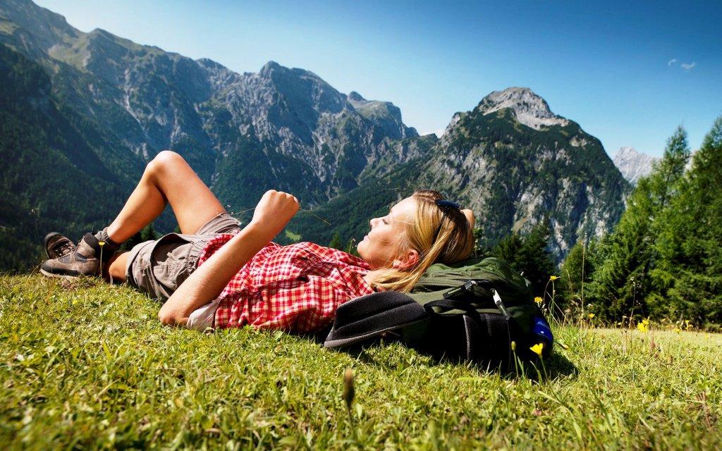 Wanderin vor den Bergen in den Alpen
