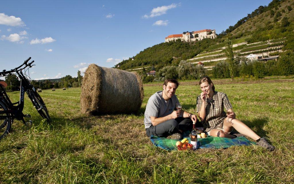 Pärchen beim Picknick in der Saale-Unstrut-Region
