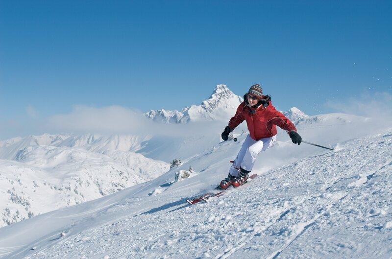 Abfahrer im Skigebiet Warth-Schröcken