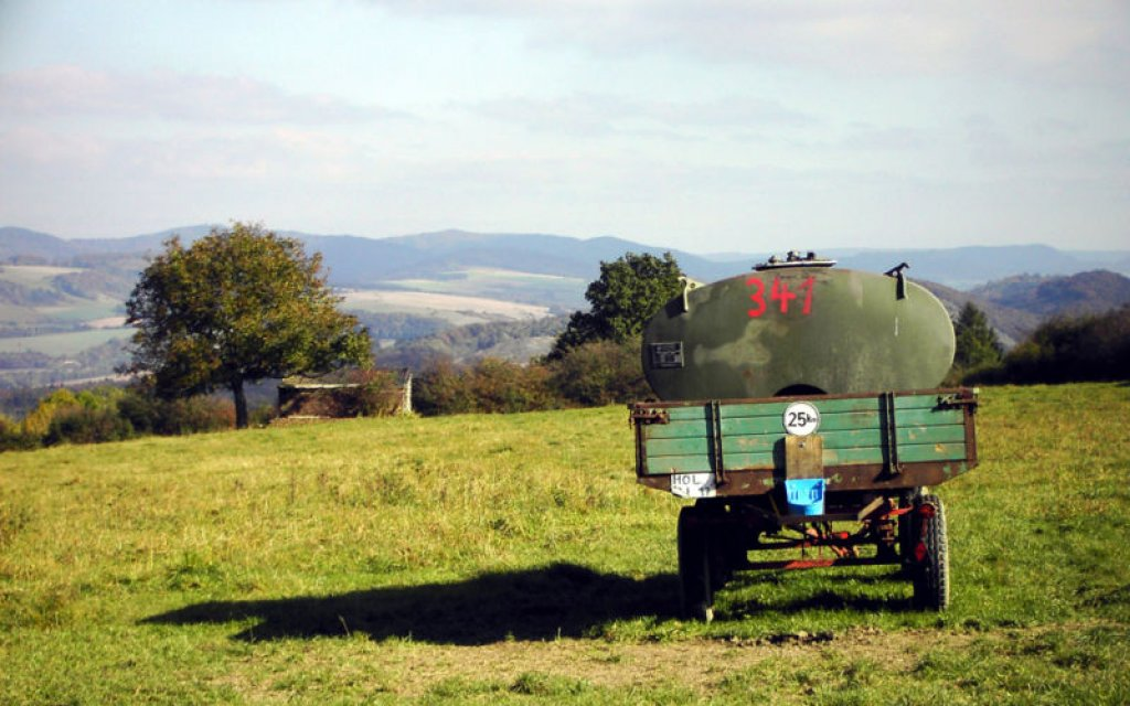 Wiese im Weserbergland mit Landwirtschaftlichem Fahrzeug