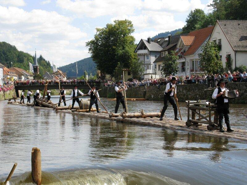 Fluß Flößer Baumstämme auf Wasser