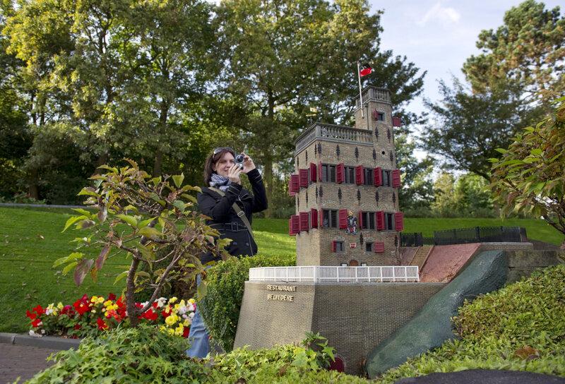 Madurodam Den Haag Tourist fotografiert im Park