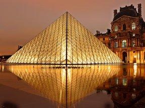 Glaspyramide beleuchtet vor dem Louvre
