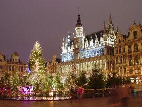 Rathaus am Grand Place in Brüssel mit Weihnachtsbaum