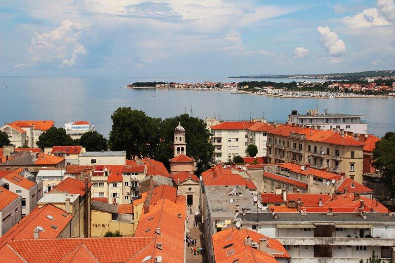 Dächer von Zadar und die Adria