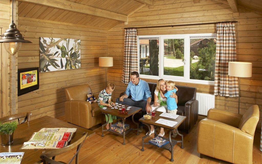 Familie macht Urlaub in einer Ferienwohnung