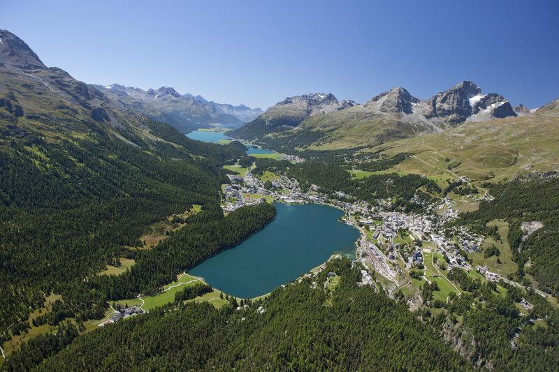 Blick auf St. Moritz und Engadiner Seen vom Helikopter