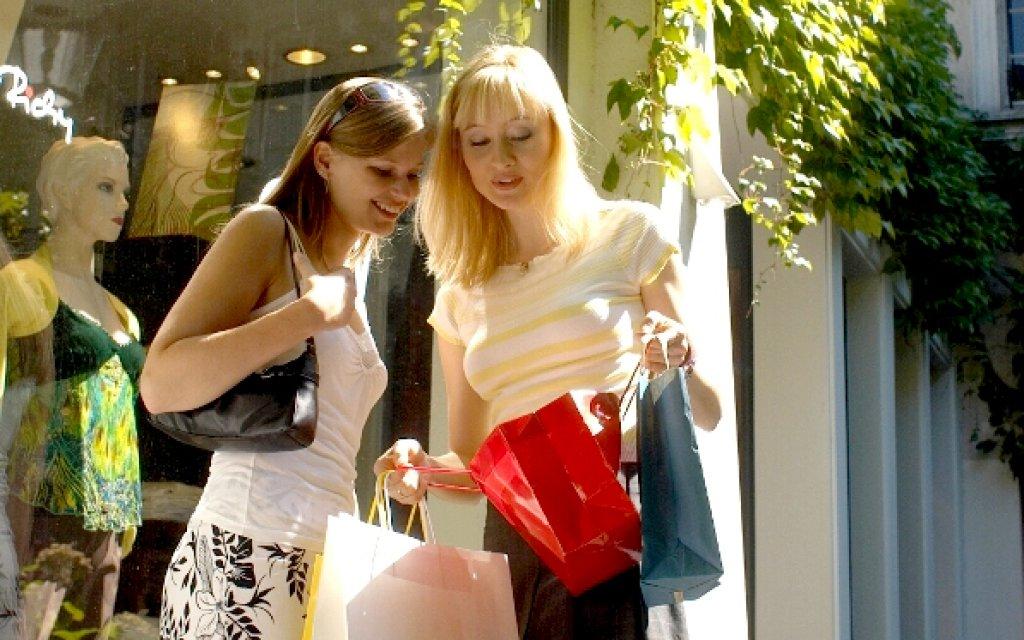 Freundinnen beim Shopping im Outlet Soltau
