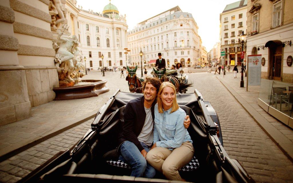 Paar macht Kutschfahrt in Wien