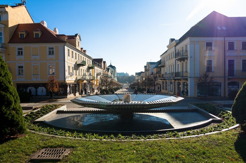 Franzensbad, Brunnen mit Häuser dahinter
