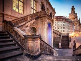 5076 Führungsbild Das Johanneum in Dresden mit Frauenkirche und Neumarkt Foto ddpix.de DML-BY