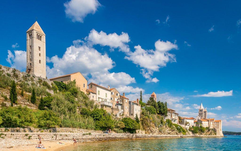 Dorf auf der Insel Rab in Kroatien