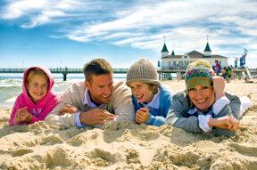 Familie im Sand vor der Ahlbecker Seebrücke©König, Jens,UTG