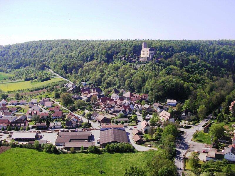 der kleine Ort Neckarmühlbach und Burg Guttenburg