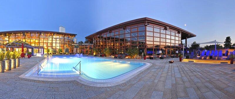 Obermain Therme in Bad Staffelstein von außen mit Pool