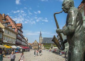 Quedlinburger Markt mit Muenzenberg Musikant  Juergen Meusel