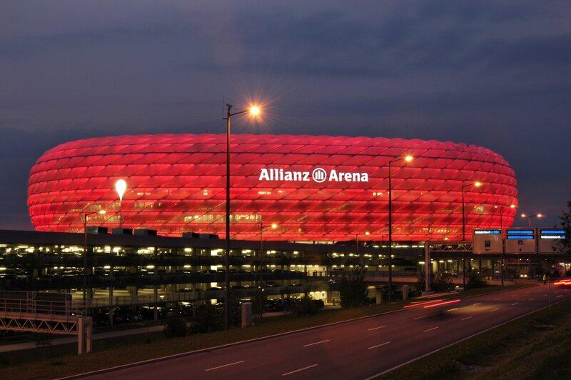 Allianz-Arena in München bei Nacht