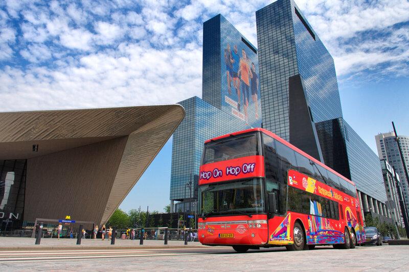 roter Bus der Hop-On-Hop-Off-Tour Rotterdam