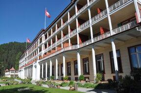 Außenansicht des historischen Hotels auf der Schatzalp mit Garten