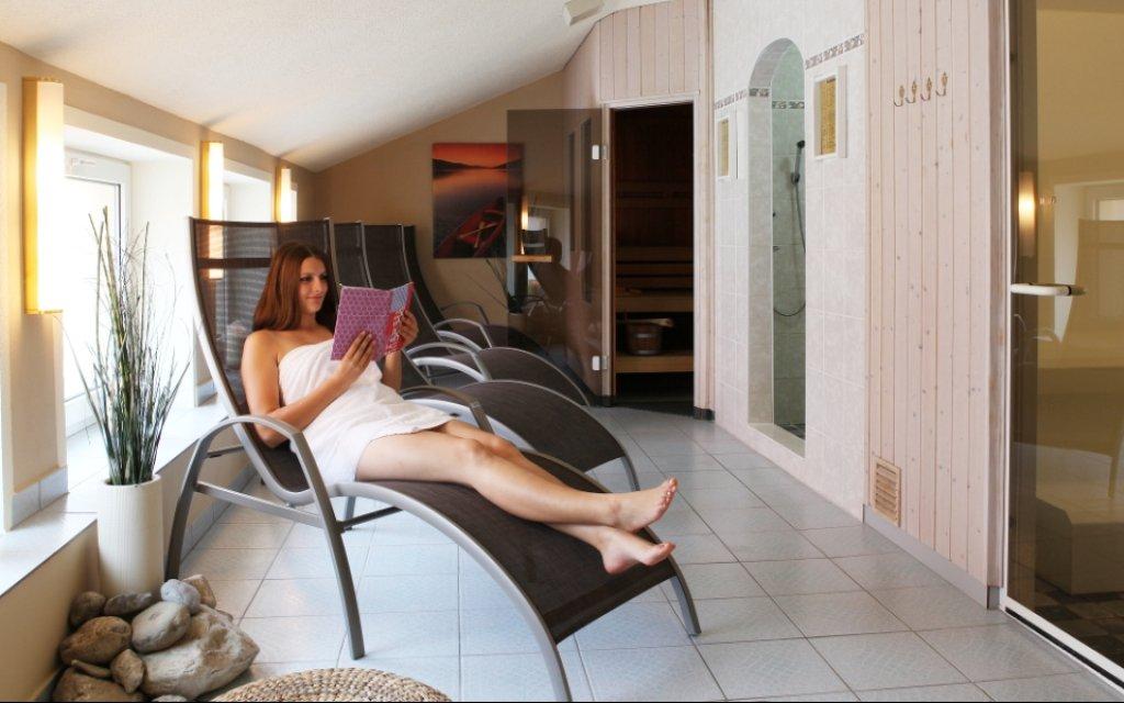 Frauen auf der Relaxliege in einem im Spa