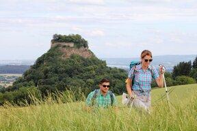 Wanderer mit Festung Hohentwiel  im Hintergrund