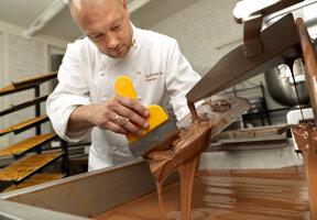 Chocolatier bei der Arbeit